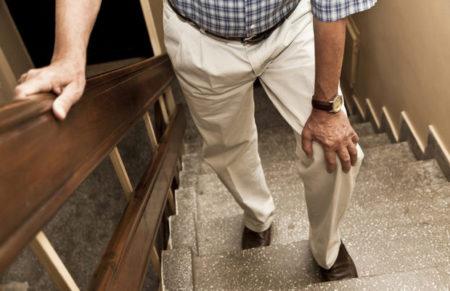 Боль в колене при ходьбе по лестнице
