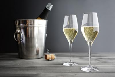 Можно ли легко и безопасно открыть шампанское? Как это сделать без выстрела и разными способами?