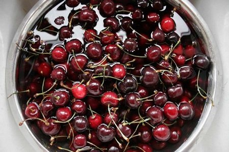 ягоды вишни в спирте