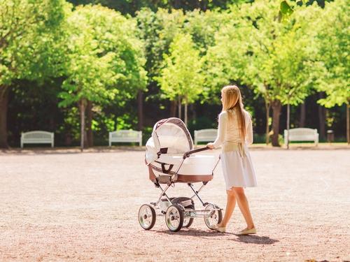 Пешие прогулки с коляской на свежем воздухе
