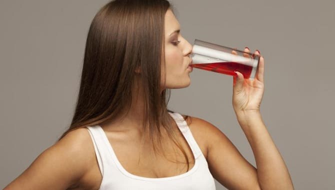 Девушка пьет гранатовый сок