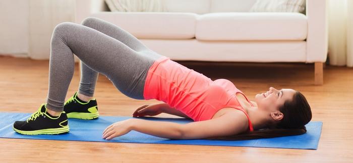 Спортивная одежда и коврик для упражнений на полу