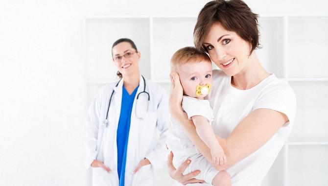 Ребенок и мама у врача