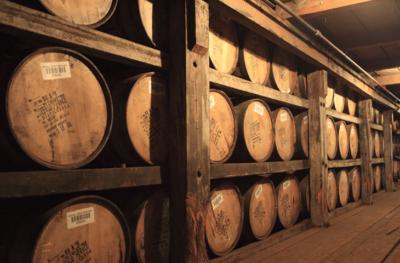 Чем бурбон отличается от виски и как его правильно пить? Описание закусок и коктейлей