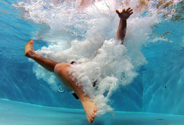 Почему сводит судорогой ноги в бассейне?