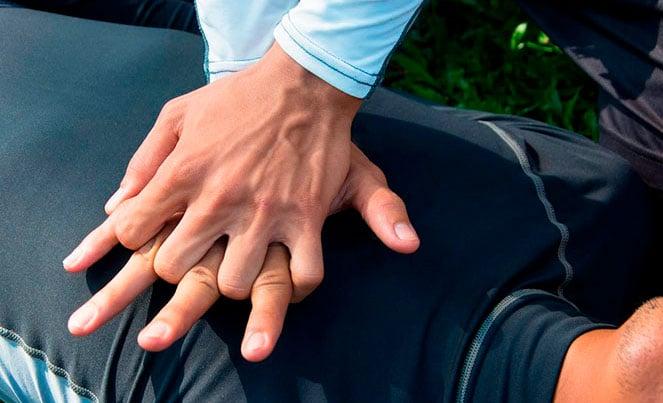 Выполнение непрямого массажа сердца