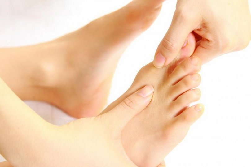 Почему ступни ног сводит судорогой?