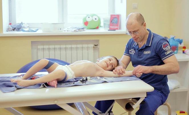 Занятие врача-реабилитолога с ребенком с ДЦП
