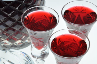 Яркие, вкусные и ароматные настойки из клубники как приготовить в домашних условиях? Польза и вред напитка