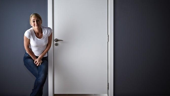 Девушка хочет в туалет