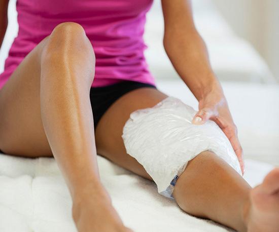 Ледяной компресс на колено
