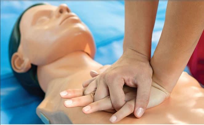 Правильное положение рук при непрямом массаже сердца