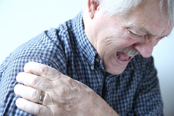 Боль в плече у пожилых людей