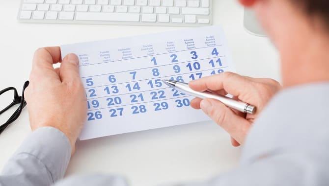 Отмечает в календаре дату